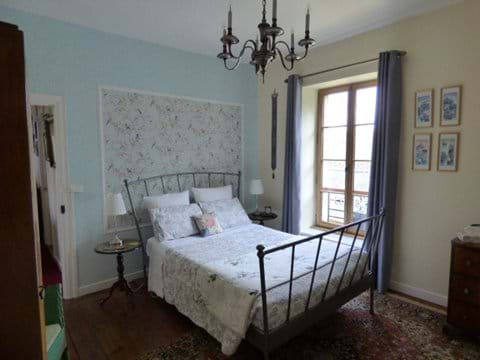 Chambre 1 - Beautifully appointed double bedroom with en-suite