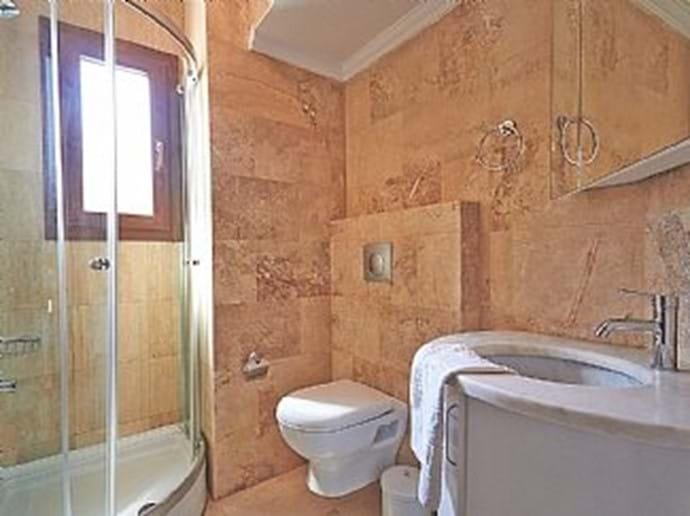 Villa Falcon - main bathroom