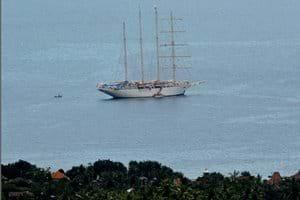 Sail cruise tall ship voor anker in Lovina, gezien vanuit het huis (tele opname)