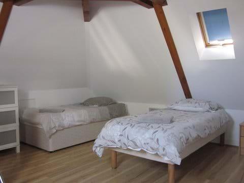Bedroom 4 (4 single beds)
