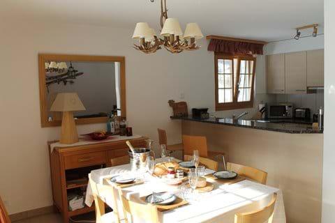 Spacious dining/kitchen