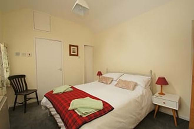 photo showing ground floor bedroom in Criccieth holiday cottage Bwthyn Bach