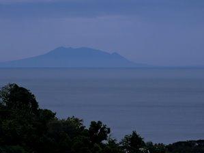 De Baluran op de oost punt van Java (mettelelens vanuit de tuin genomen)