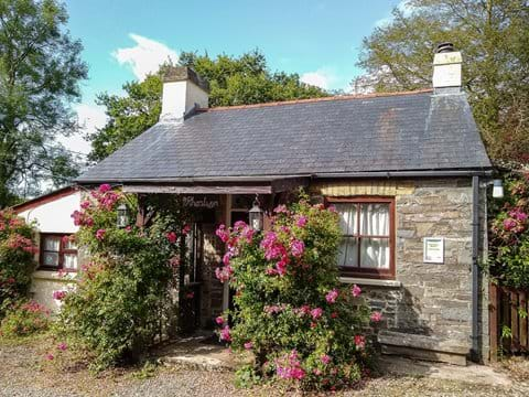 View of front of Rhoslwyn holiday cottage
