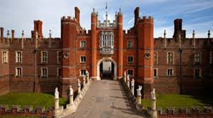 A leisurely 30 minutes' walk across Bushy Park to Hampton Court