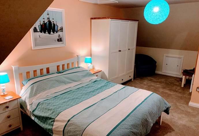 TOP FLOOR KING SIZE BEDROOM WITH SHOWER EN SUITE