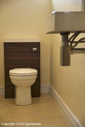 Gold Apartment - Guest Toilet