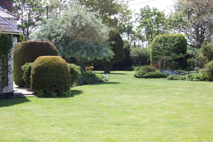 Outlook over the gardens - holiday cottage lymington
