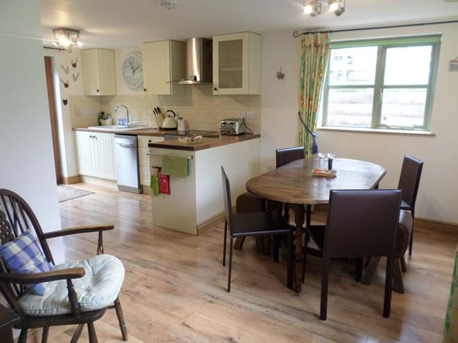 Kitchen/Diner with Extending Table & Seating for Six