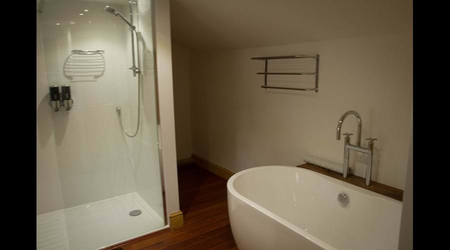 Ship Cottage - large walk in shower and standalone bath