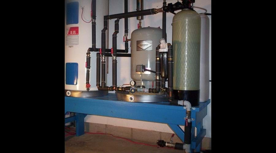 A state of the water system is located in the laundry room. It features a charcoal filter, a water softener and an ultra-violet purification system that ensures good clean drinking water.