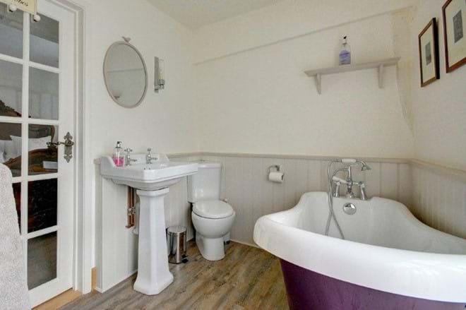 En-suite bathroom in 3 bedrrom holiday cottage in Lavenham with free standing bath