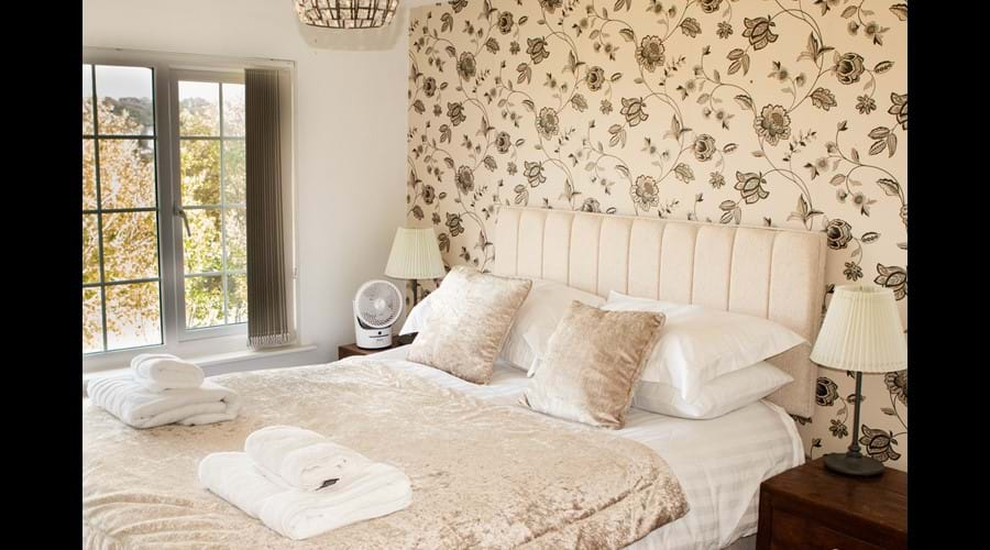 King size bed with amazing views to the sea and out over Ryde