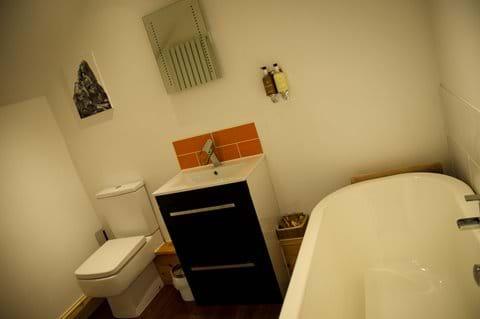 Upstairs king size bedroom en suite walk in shower and bathroom