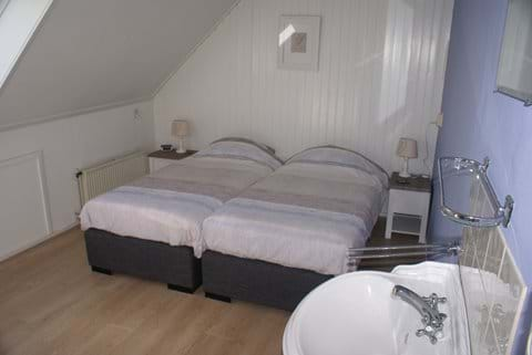 Een van de tweepersoonskamers boven