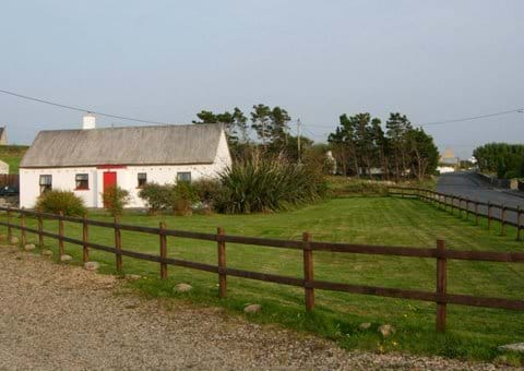 Mullaghduff Thatched Cottage and garden