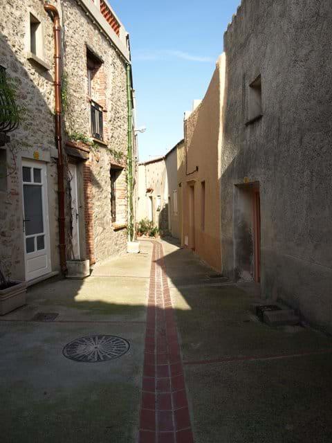 Eine schmale Straße in der alten Dorf Laroque des Alberes