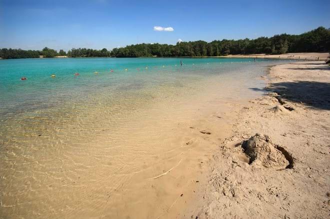 Zandkasteel bouwen, gewoon aan de waterkant liggen of zwemmen in het kalme water van 'Het Blauwe Meer'...