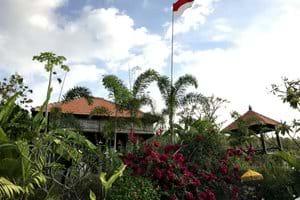 Het tuinhuisje (studio) met rechts de Bale Bengong