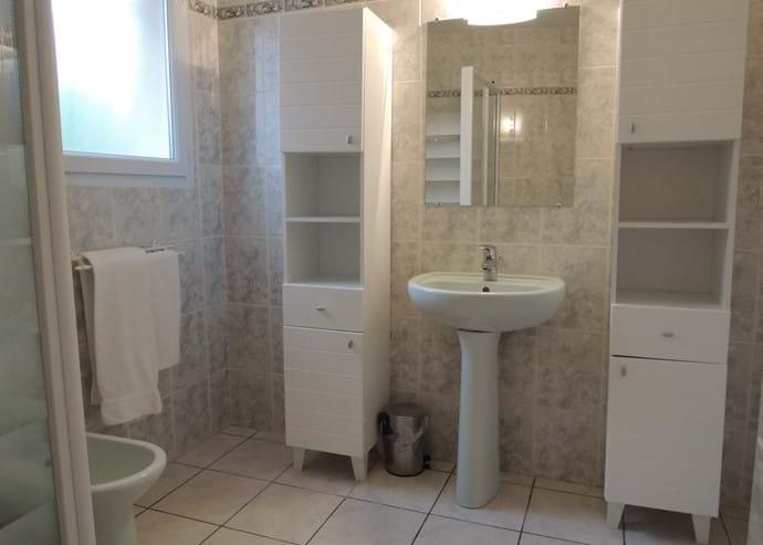Dans la salle de douche spacieuse - plomberie moderne!