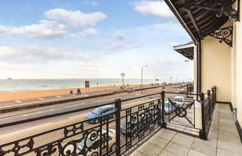 Home from Home Portsmouth - 2 bed, 2 bath, sea view, balcony, private parking