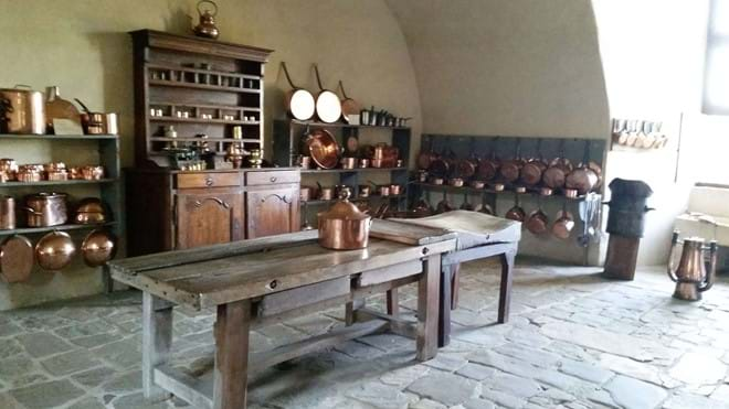 The kitchen in Chateau Jumilac