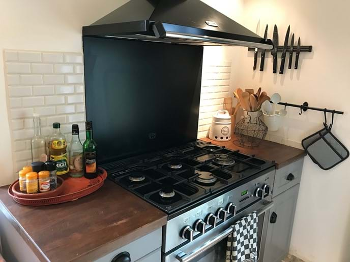 Gas hob and electric oven perfect for large group meals.