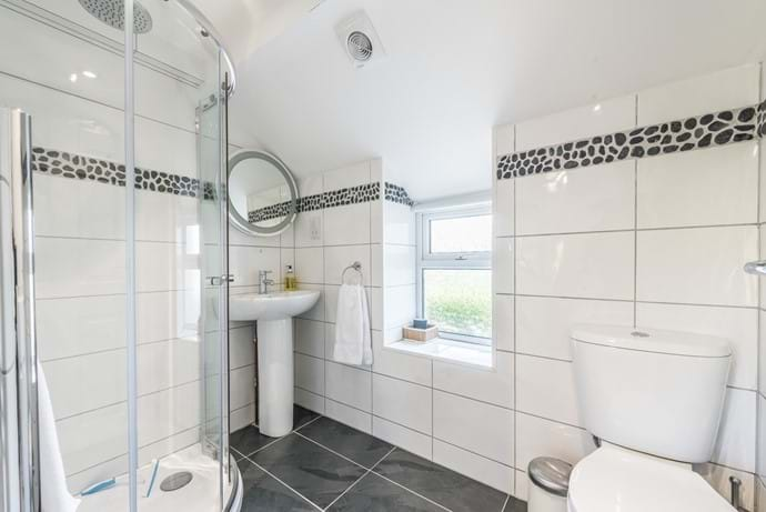 Bathroom 4 - adjacent to bedroom over kitchen