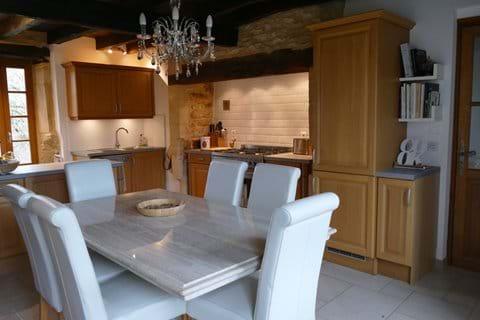 La belle table en pierre dans la cuisine