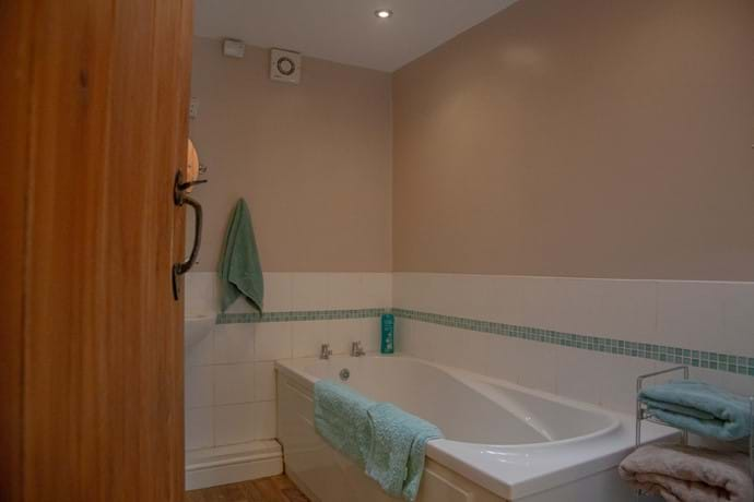 Laverock Lodge upstairs bath/shower room
