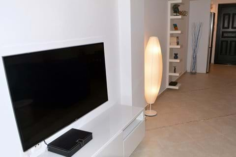 """55""""/140cm Wall-Mounted, Flatscreen TV & DVD Player with selection of DVD"""