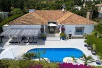 On a quiet residential estate just 250 metres from El Paraiso village no car needed