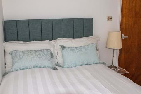 Small bedroom with 4ft (small double) bed
