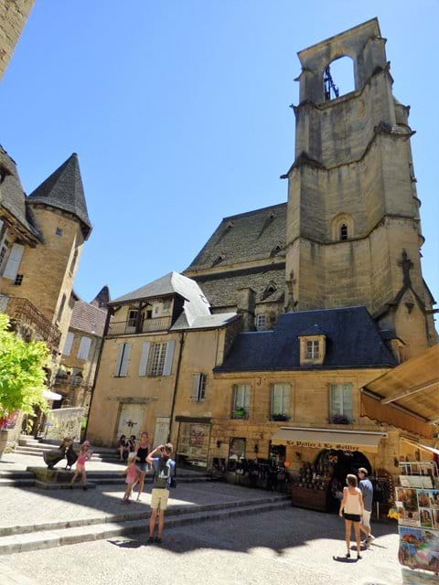 The 360° panoramic lift and covered market are at Église Sainte Marie