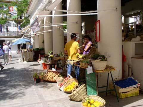 Outdoor market (base of drawerbridge)