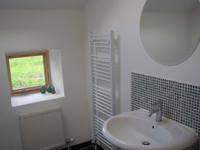 Larger bathroom with washbasin and bath