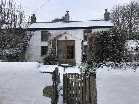 Hollowtree Cottage dusted in snow