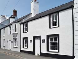 Sailors Return - character town house- dogs welcome