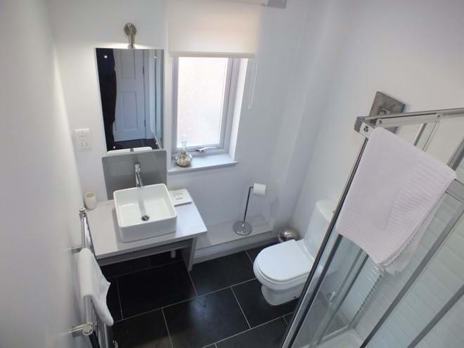 Downstairs king en-suit shower room