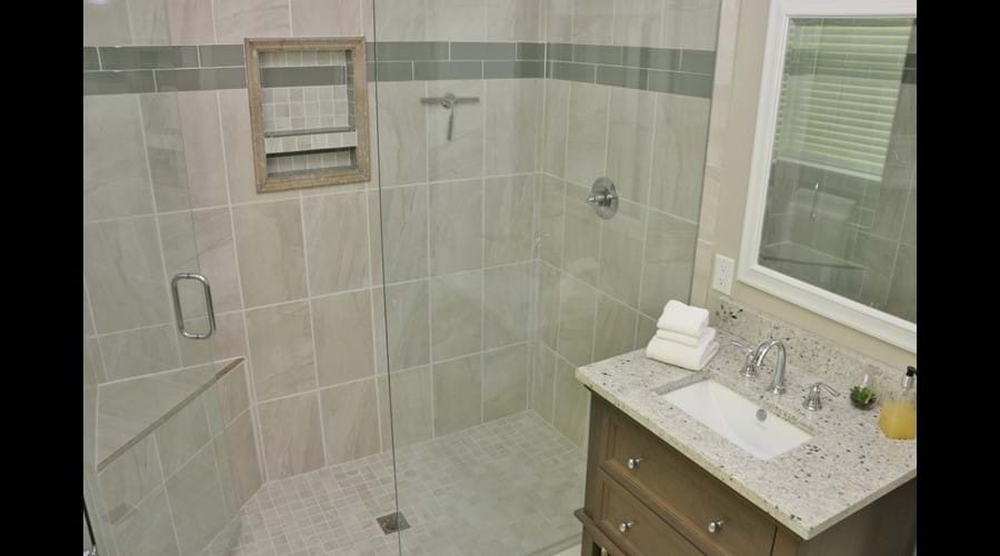 Shower and separate toilet in upstairs bathroom 3