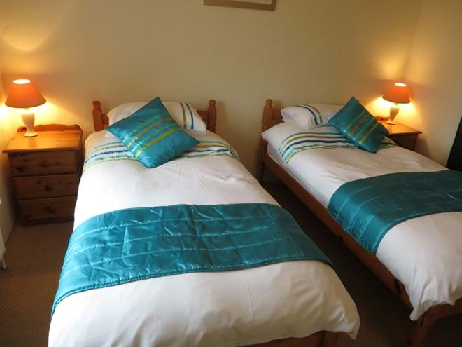 Twin bedroom has en suite with shower, wc and hand basin