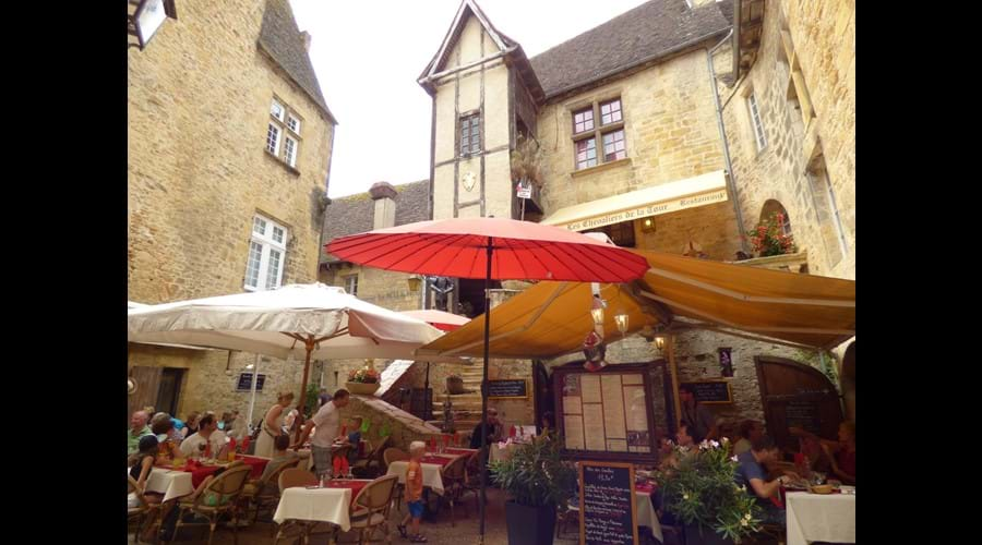 Find a hidden medieval courtyard for lunch al fresco