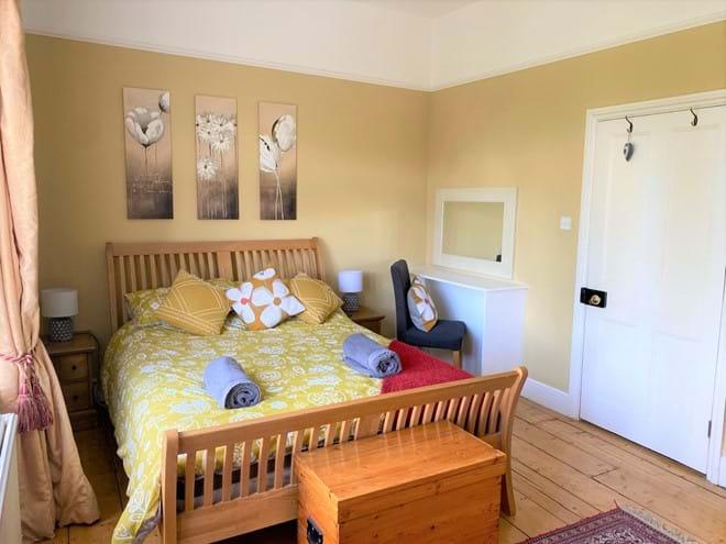 Master bedroom with oak Kingsized sleigh bed
