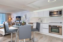 """""""Lots of space in the full size kitchen high end appliances , large fridge """""""