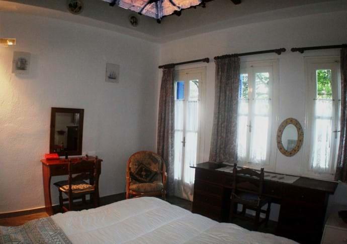 Orchard Villa - master bedroom (en-suite at l.)
