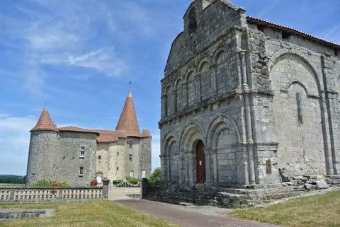 Chateau et église a Chillac (4 kms)