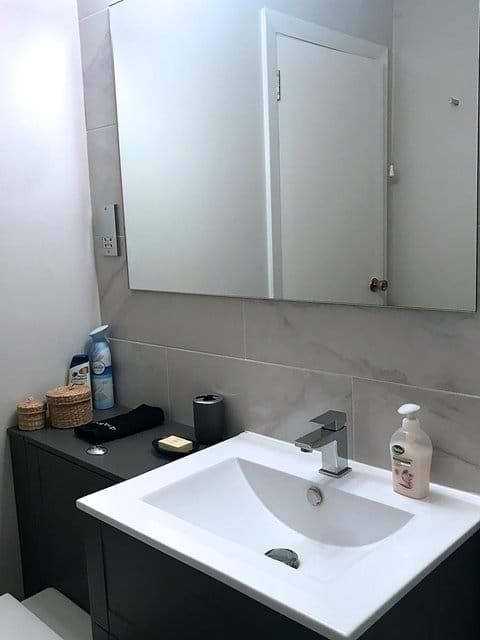 Bathroom vanity unit with mirror over