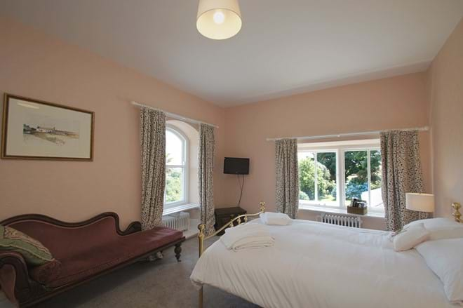 photo showing double bedroom at Eisteddfa self catering cottage Criccieth