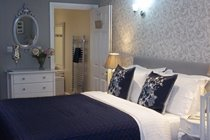 COSY KING SIZE BED IN A LARGE BEDROOM WITH VIEWS OF THE IRON BRIDGE