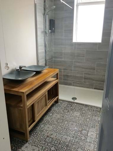 Home from Home Portsmouth - Stylish shower room wit electric shower